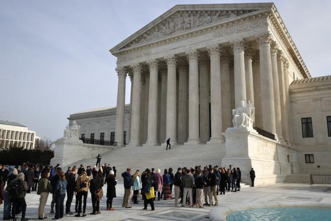 民眾4日聚集在華府最高法院門前,等候體育博彩上案的最新聽審結果。(美聯社)