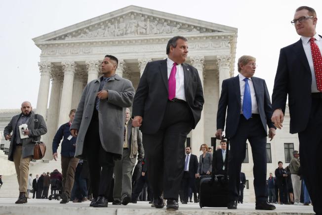 新州州長克里斯蒂(中)4日庭審後離開最高法院。(美聯社)