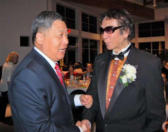 李強民總領事(左)向王維力祝賀。(記者賈忠/攝影)