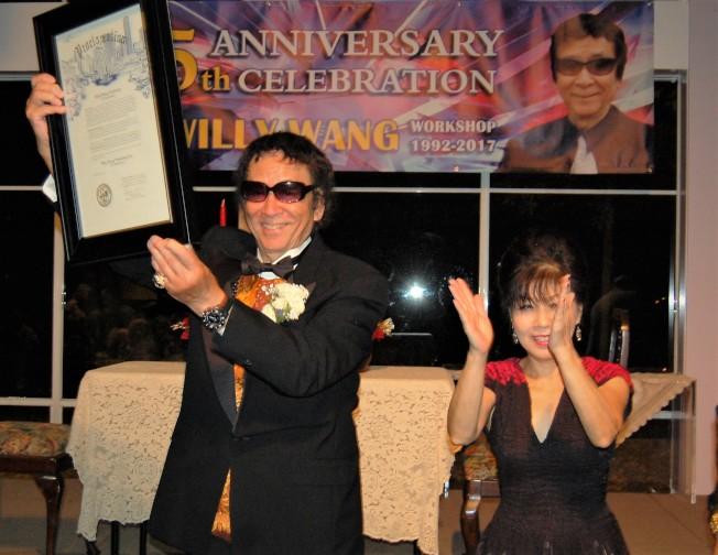 王維力(左)展示特納市長簽發的「王維力藝術工作室日」賀狀。(記者賈忠/攝影)