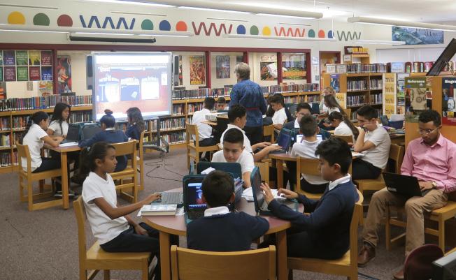 最新研究發現,特許學校是美國種族隔離最明顯的學校。圖為密爾瓦基的布魯斯/瓜達魯皮社區學校,高達97%學生為西語裔。(美聯社)