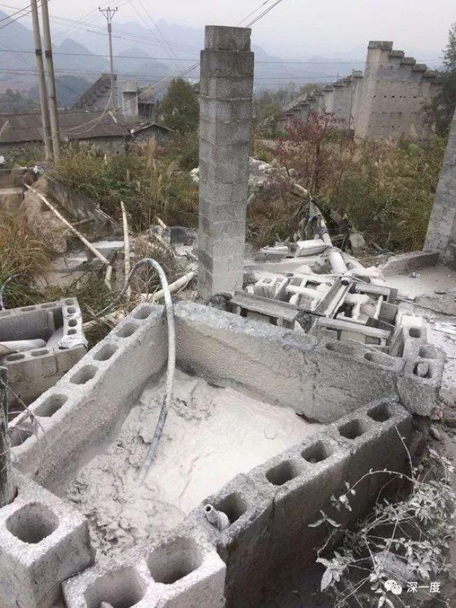 尾礦水源源不斷地流下山。(取材自北京青年報)