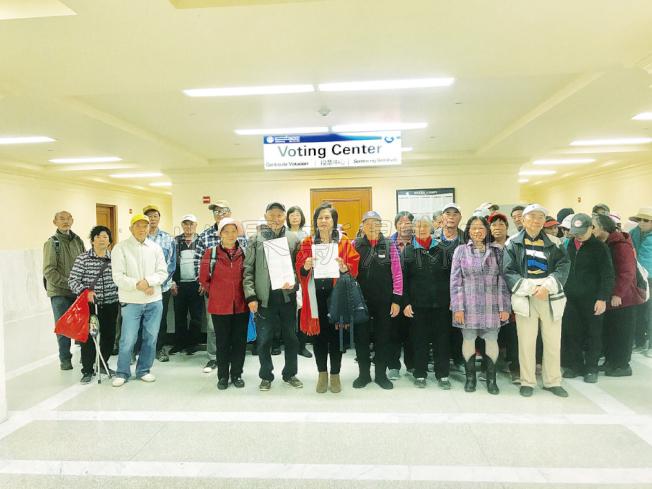 社區資源中心主任杜麗莎(前排左三)帶領部分華裔居民前往選務處提出對市長李孟賢的罷免申請,並呼籲更多華裔選民加入這一行列。(記者黃少華/攝影)