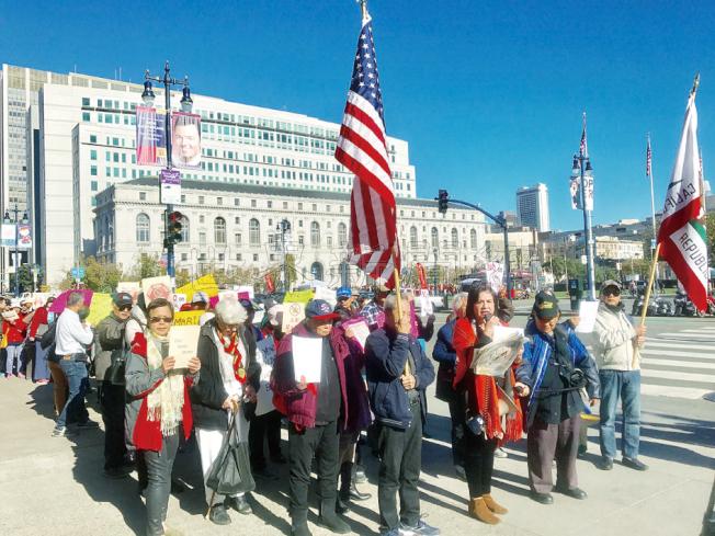 集會人士高舉美國國旗、加州旗幟和各種標語繞行市府一周表達反大麻訴求。(記者黃少華/攝影)