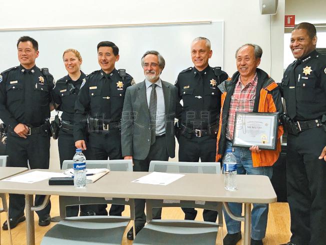 多年來僑領李彪(右二)熱心支持華埠安全夜活動,獲警察局長史考特(右一)表揚。(記者李秀蘭/攝影)