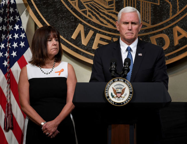 副總統潘斯與妻子凱倫‧潘斯(Karen Pence)。(Getty Images)