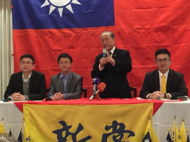 新黨黨主席郁慕明和三位青年軍訪華府,右起王炳忠、郁慕明、侯漢廷、龐文楚。(特派員許惠敏/攝影)