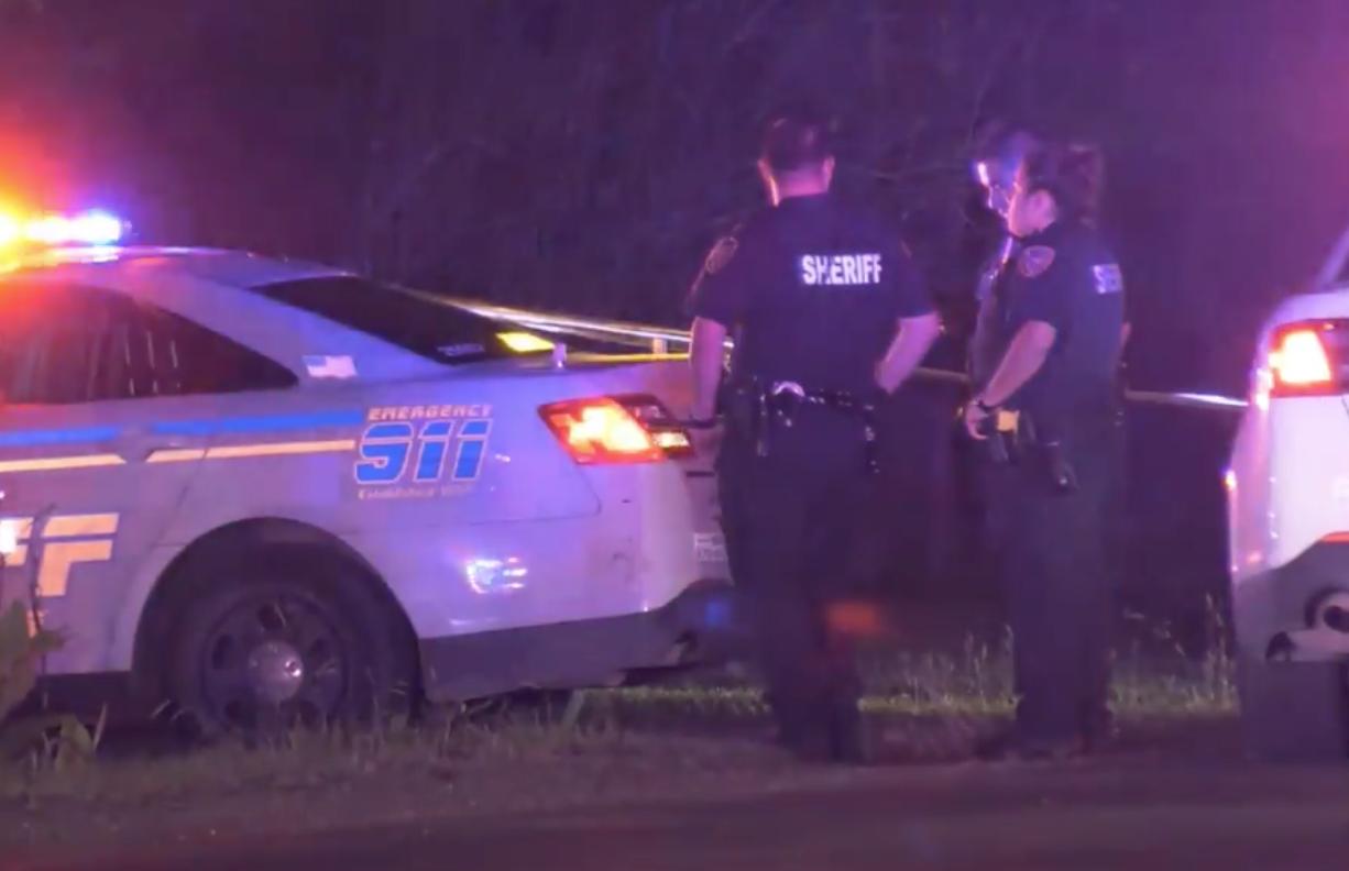 哈瑞斯縣警員在嫌犯中槍案現場展開調查。(取材自Metro video)