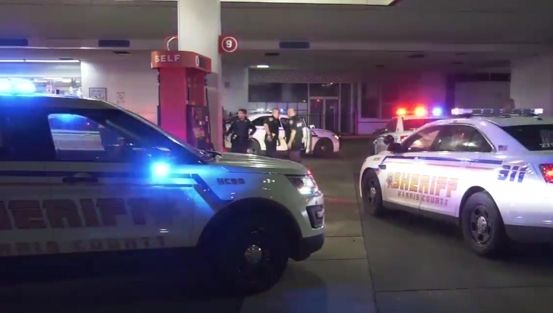 哈瑞斯縣警局追逐被盜警車,在市中心San Jacinto路附近加油站將其截停。(取材自ABC13)