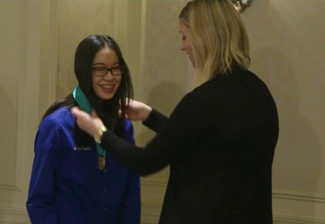 李佳倩在華府接受西門子科學獎團體冠軍獎牌。(視頻截圖)