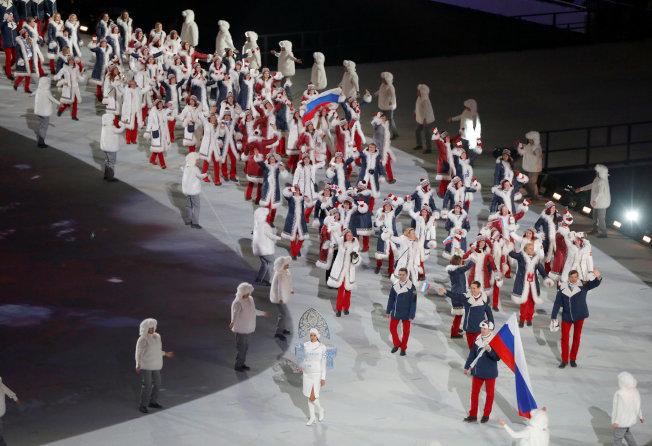 上屆索契冬奧會開幕典禮上,俄羅斯代表團在國旗前導下進場。(路透)