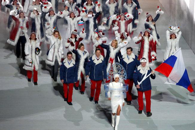 國際奧會禁止俄羅斯代表團參加明手南韓平昌冬奧,圖為2014年俄羅斯主辦索契冬奧會時,俄羅斯代表團撐著國旗進場。(路透)