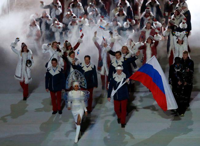 國際奧會禁止俄羅斯代表團參加明手南韓平昌冬奧,圖為2014年俄羅斯主辦索契冬奧會時,俄羅斯代表團撐著國旗進場。(Getty Images)