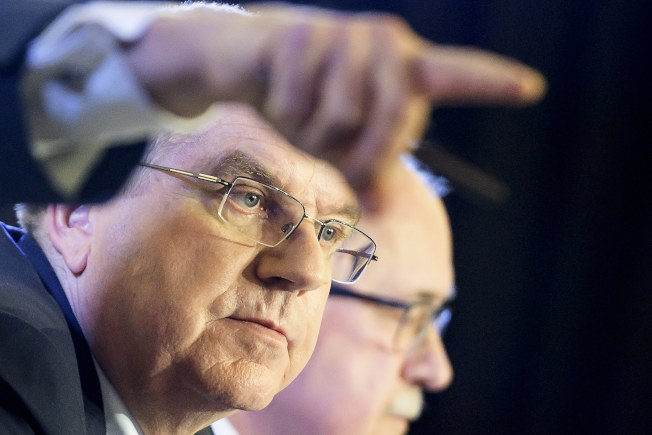 國際奧會主席巴赫(左)在國際奧會執會上發言,右為與調查委員會主席施密德。(歐新社)