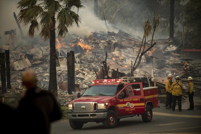 加州范杜拉縣被野火燒毀的一幢公寓樓。(美聯社)