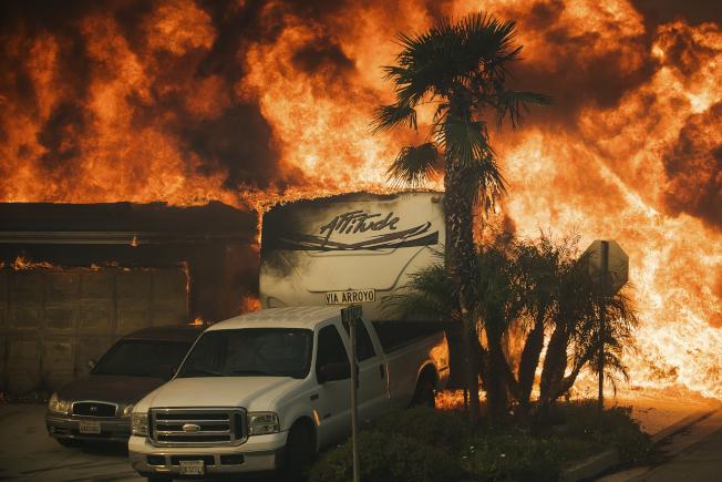 加州范杜拉縣遭野火燒毀的公寓樓。(美聯社)