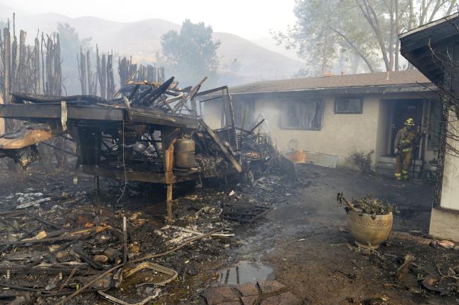 加州湖景露台被焚毀的民宅廢墟。(美聯社)
