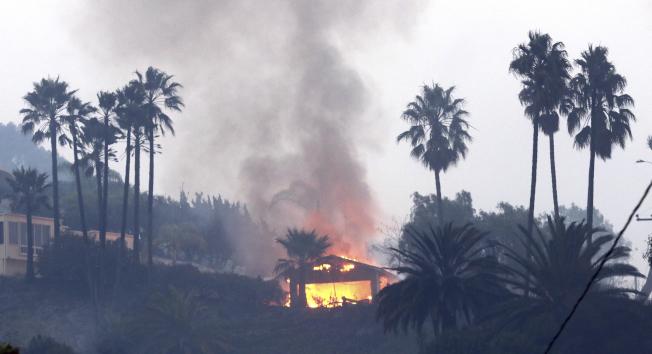 加州范杜拉縣大火正在燒毀一幢民宅。(美聯社)