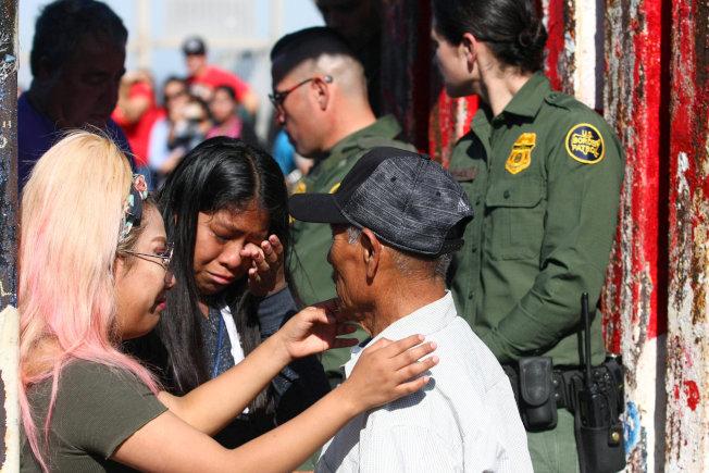 美國邊界巡邏隊上月中旬在提璜納附近打開邊界大門,讓分居兩國的家庭能見上一面。(路透)