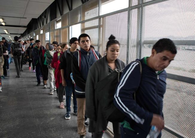 中美洲移民排隊從墨西哥口岸進入美國,尋求政治庇護。(Getty Images)