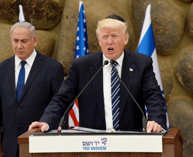 川普總統今年5月訪問以色列在大屠殺紀念館發表演說,旁為以色列總理內唐亞胡。(歐新社)