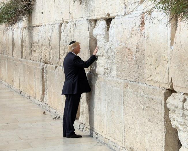 川普總統今年5月訪問耶路撒冷時,手觸哭牆。(歐新社)