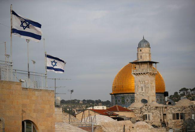 以色列國旗飄揚在耶路撒冷金頂阿克薩清真寺旁。(Getty Images)
