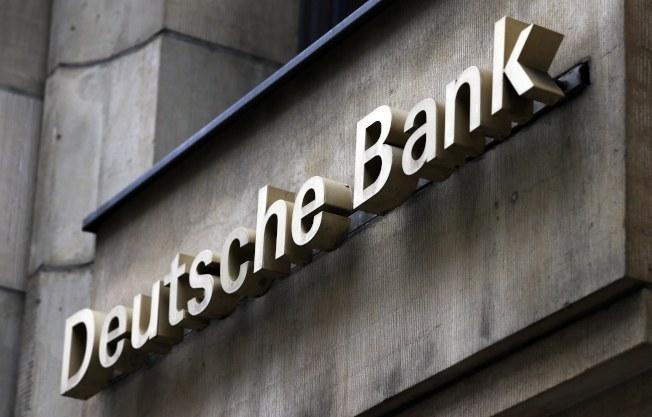 德意志銀行(右圖)與川普的貸款往來紀錄,據說引起特別檢察官穆勒(左圖)的注意。(歐新社)