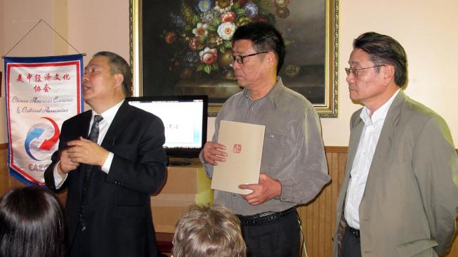 李勐(左)主持講座。(記者王政賢/攝影)