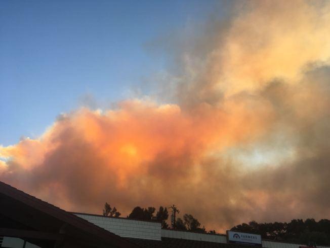 范杜拉縣地區受聖塔安那強風影響引發Thomas Fire野火,天空都是灰煙。(陳先生提供)