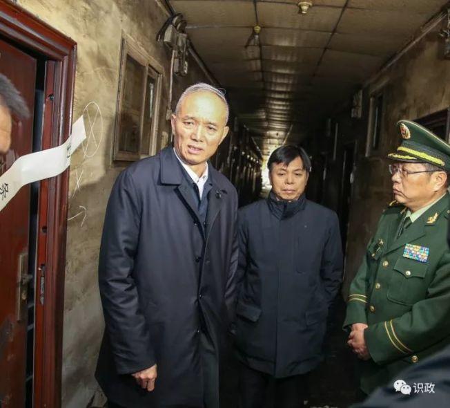 北京市委書記蔡奇(左)日前走進大興區西紅門鎮火災廢墟,神情凝重。(取材自微信)