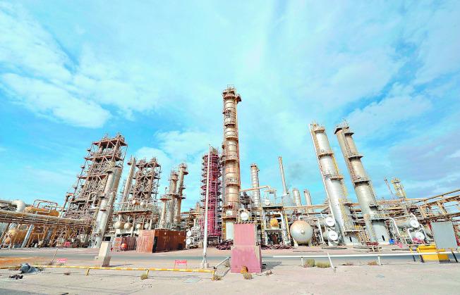 在石油輸出國組織高度配合減產、庫存降低和需求強勁等因素支撐下,原油價格正接近兩年來最高價位。圖為利比亞東部布雷加的煉油設施。(路透)