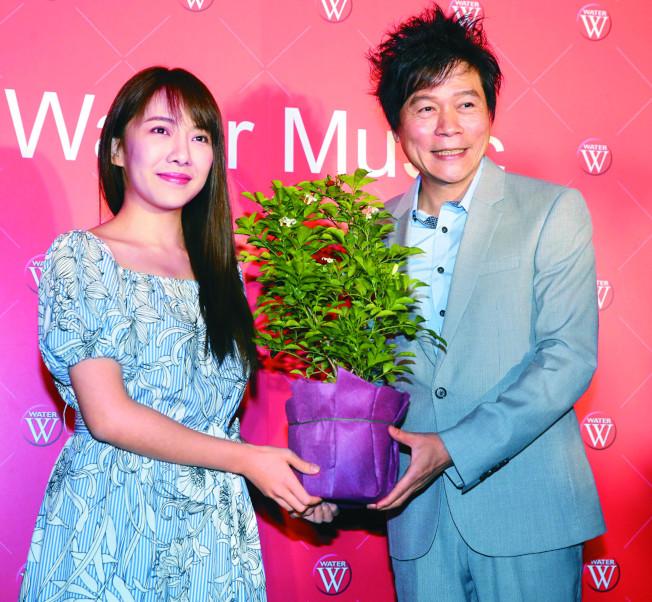 洪榮宏(右)和妻子張瀞云在他開演唱會時,已有情愫。(本報資料照片)