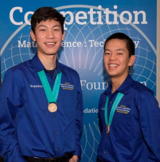 密西根州Herbert Henry Dow高中的Brandon Zhu(左)和隊友Daniel Zhang入圍團體組決賽,獲得2萬5000元獎金。(西門子基金會提供)