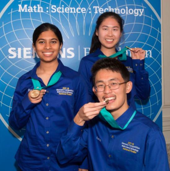 加州聖地牙哥Torrey Pines高中的Kevin Ren(前右)與聖地牙哥Canyon Crest Academy高中的隊友Anlin Zhang(後右)及隊友Rachana Madhukara入圍團體組決賽,獲得2萬5000元獎金。(西門子基金會提供)