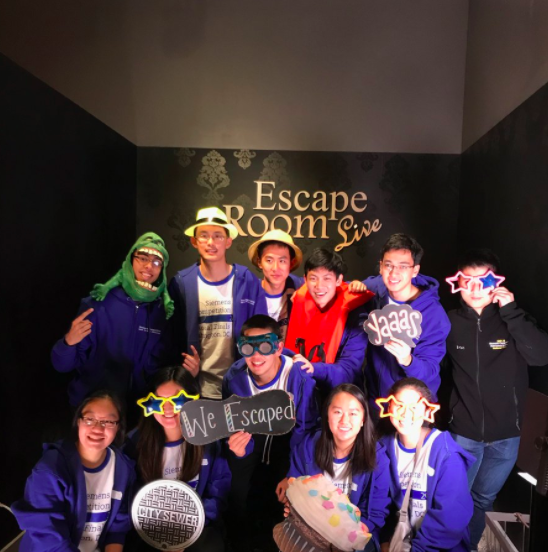 今年西門子科學獎全國總決賽入圍者大部分為華人學生,部分選手在決賽公布前一天玩密室逃脫遊戲。(西門子基金會提供)