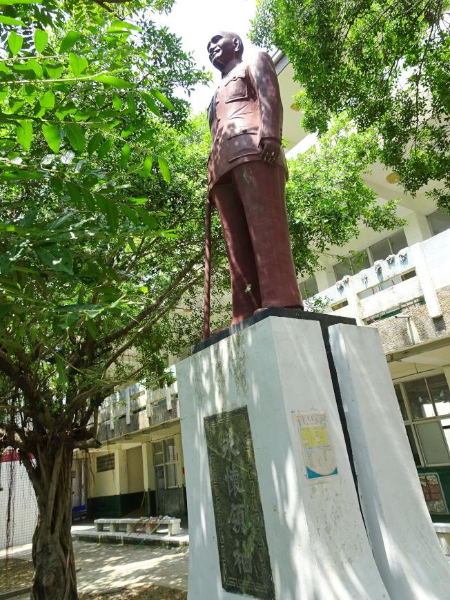 立法院5日三讀通過促進轉型正義條例,校園內的蔣介石銅像可能都將遭移除。(本報資料照片)