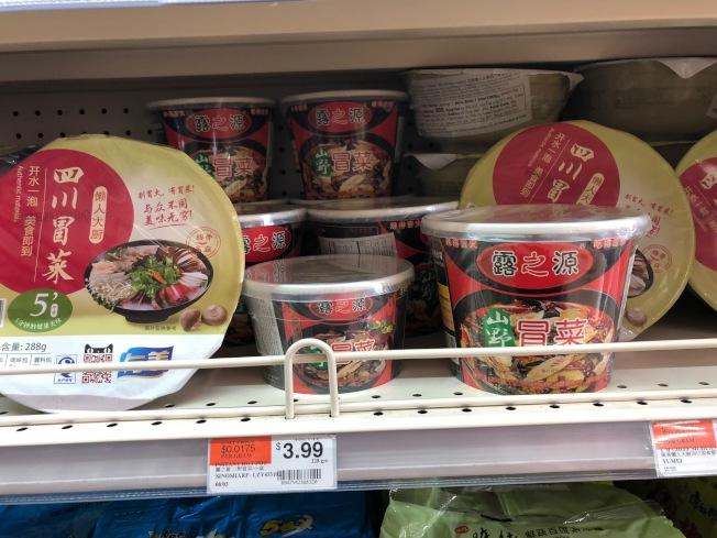 方便火鍋價格從幾元到十元不等。(記者張宏/攝影)