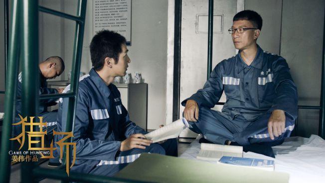 導演姜偉在《獵場》中用書對應人物命運,所以孫紅雷(右)在獄中也看書。(取材自豆瓣電影)