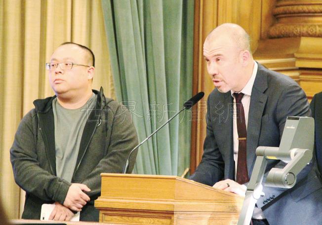 大麻店店主何文健(左)和亨利在議會聽證。(記者李晗/攝影)