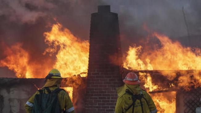 6日清晨開始的Skirball大火迅速蔓延,至目前為止幾乎無法控制。洛杉磯市上午10時舉行緊急記者會,呼籲火場附近民眾做好撤離準備。(洛杉磯時報)