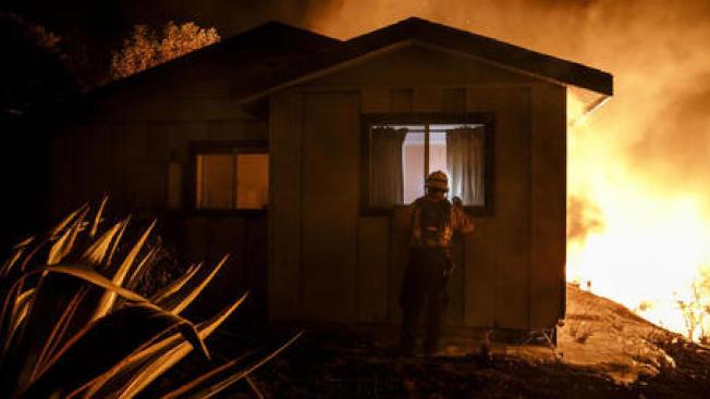 南加州范杜拉縣大火6日躍過101公路和210公路,繼續向東、南方向蔓延,形成新的Skirball大火,聖塔蒙尼卡和馬里甫所有學校6日全部關閉停課。(洛杉磯時報)