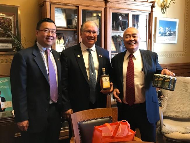 許氏總裁父子也被邀請參加簽署會議。圖中為威州州長沃克,右一為許氏總裁許忠政,左一為許氏副總裁許恩偉。
