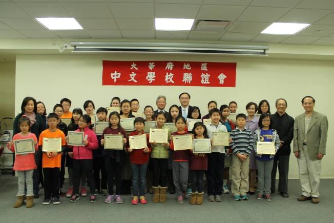 校際書法比賽參賽者和評審合影。(僑教中心提供)