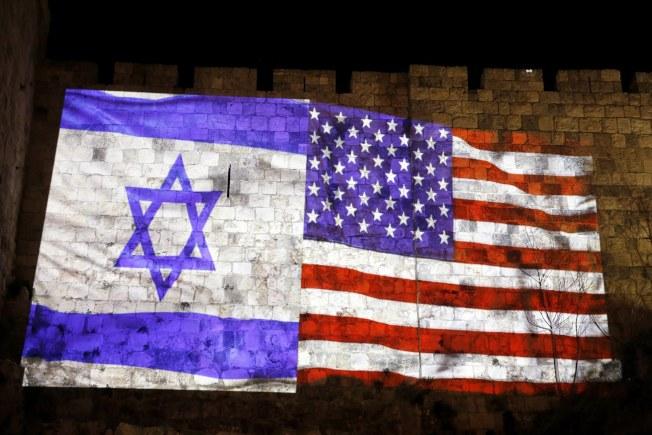 耶路撒冷舊城的牆上掛著縫在一起的美國及以色列國旗。(歐新社)
