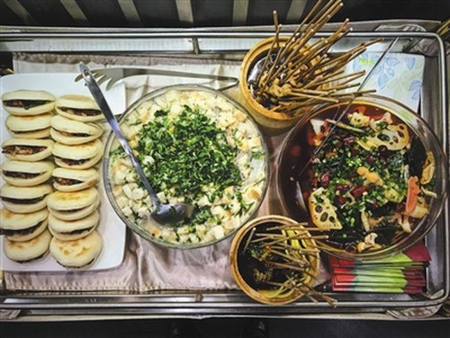 西成高鐵成都首發列車上準備的雙城美食:冒菜、缽缽雞、羊肉泡饃、肉夾饃和熊貓套餐。 (取材自新京報/視覺中國圖)