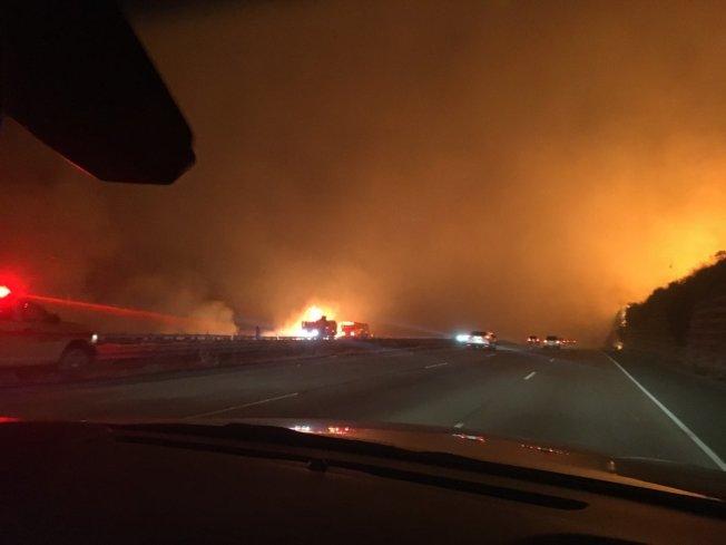 101號公路附近山火。(范杜拉縣消防局推特)