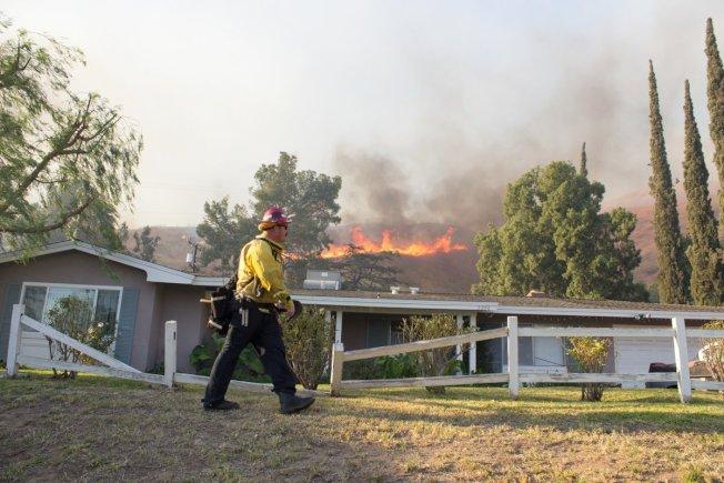 聖伯納汀諾縣消防人員正在前線救火,希望趕在聖塔安那風滅火取得更大進展。(聖伯納汀諾縣消防局推特)