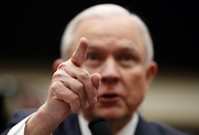 移民法庭案件積案約65萬件,司法部長塞辛斯下令加速處理無證移民案件。(美聯社)