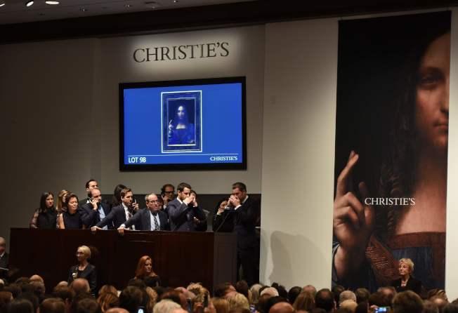 「救世主」畫作拍賣當天,克利斯蒂拍賣行員工接獲來自全球買家出價。(Getty Images)